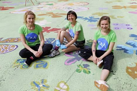 Katja Villemonteix, Misa Saraste ja Nina Korvenoja toteuttivat yhdessä lapsille katumaalausprojektin.