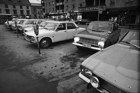 Niin se maailma muuttuu. Porin torin kulmilla oli vuonna 1973 vähemmän parkkipaikkoja kuin niille oli kysyntää. Tilanteeseen haettiin korjausta lisäämällä parkkimittareita.