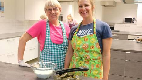 Anneli ja Hannele Jokisalo valmistivat tsatsikia ja viininlehtikääryleitä.