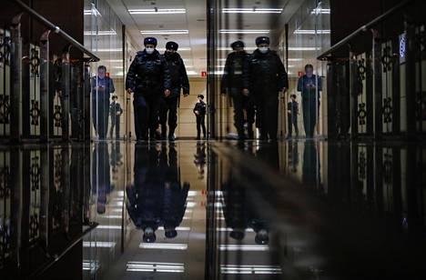 Venäläisiä poliiseja FBK-säätiön toimiston lähellä keskiviikkona.