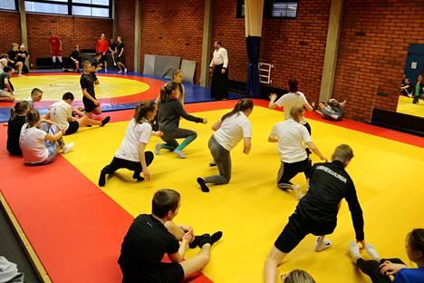 Kankaanpään liikuntakeskuksen voimailusalissa oli tungosta, kun noin 45 leiriläistä perehtyi Aikidon saloihin Marek Wołowieckin opettamana.