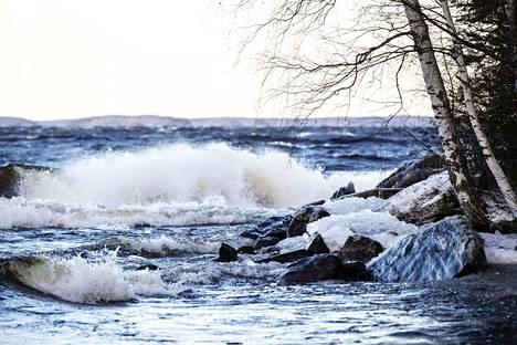 Sunnuntaiaamuna tuuli alkaa voimistua ja myrskyyn liittyvät vesisateet saapuvat Pirkanmaalle.