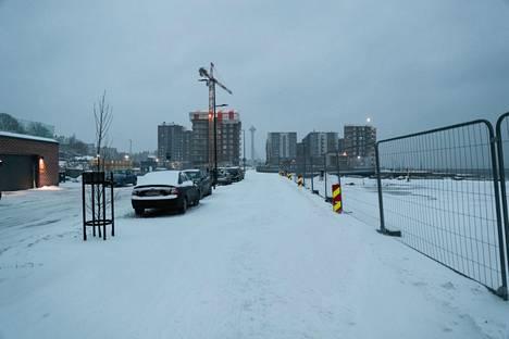 Tampereelle satoi vain hyvin maltillisesti lunta tiistaiaamun ja edeltävän yön aikana, mutta tuuli pöllytti lunta paikoin kasoille. Kuva on Ranta-Tampellasta aamupäivällä 12.1.2021.