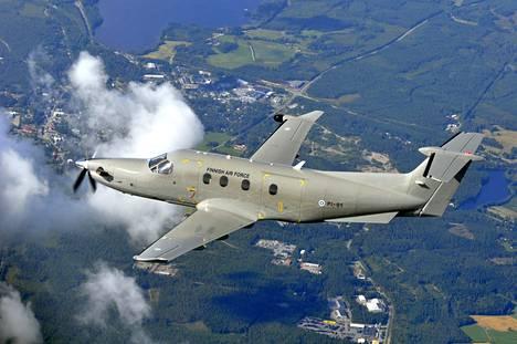 Puolustusvoimat tekee yhteyskonelentoja muun muassa Pilatus-yhteyskoneilla. Kyseessä on potkuriturbiinikone, joka kuljettaa enimmillään yhdeksän matkustajaa