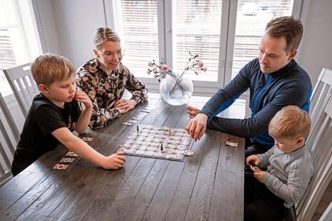 Perhe Saarinen-Kaira iloitsee uudesta kotiseudustaan Keuruulla. Pojista vanhempi aloitti koulun viime syksynä uudella paikkakunnalla.