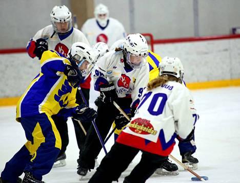 RNK Flyers taisteli sinnikkäästi tasatahtiin kaksi erää NoU:ta vastaan. Kotijoukkue voitti kuitenkin jälkimmäisen puoliskon puhtaasti 6–0.