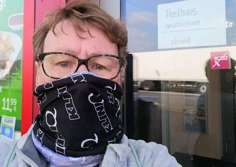 Leena Panula ja Hannu Hanhinen ovat ylittäneet rajan Ranskasta Saksaan. Huivi suojaa, kun apteekin hengityssuojaimia ei ole saatavilla. Saksalaismotelli on suljettu koronaviruksen varalta.