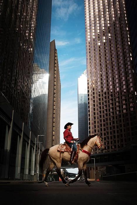 Ratsastaja matkalla Houstonin rodeon ja karjanäyttelyn jokavuotiseen avajaisparaatiin helmikuisena lauantaina Houstonin keskustassa.