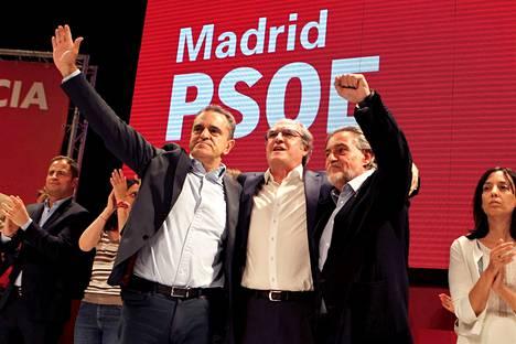 Vasemmisto juhli Espanjassa, jossa äänestettiin europarlamentin lisäksi myös paikallisista ja alueellisista luottamuspaikoista. Juhlatuulella olivat punaista väriä tunnustaneet kandidaatit Angel Gabilouda, Pepo Hernandez ja Jose Manuel Franco.