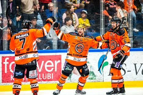 Niklas Friman (oikealla) nostaa Liigan parhaaksi pelaajaksi viime kauden seurakaverinsa Teemu Turusen (keskellä).