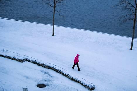 Vaikka tuuli tuiversi tiistaina iltapäivällä Tampereen Ratinassa, lunta ei tuolloin satanut.