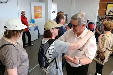 Erkki Autio oli varmasti Kankaanpään halatuin ja kätellyin henkilö perjantaina. 70-vuotisjuhliin saapui runsaasti eri ikäistä väkeä.