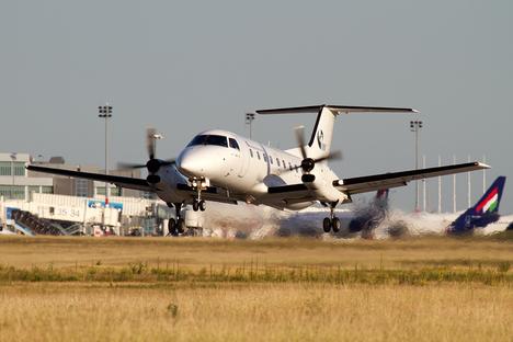 Porin ja Helsingin väliä liikennöidään kaksimoottorisella Embraer EMB120 Brasilia -lentokoneella, johon mahtuu 30 matkustajaa
