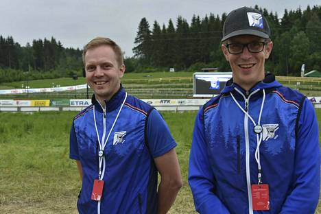 Petteri Laitisen (vas.) ja Jarkko Liuhan työ on tehty. Suunnistajat pääsevät lauantaina testaamaan Jukolan radan.