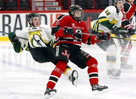 Ilveksen Oskari Laaksonen (vas.) kamppailemassa Ässien Otto Kivenmäen kanssa nuorten SM-liigassa marraskuussa 2017. Nyt Laaksosen tie vie NHL-seura Buffalo Sabresiin.