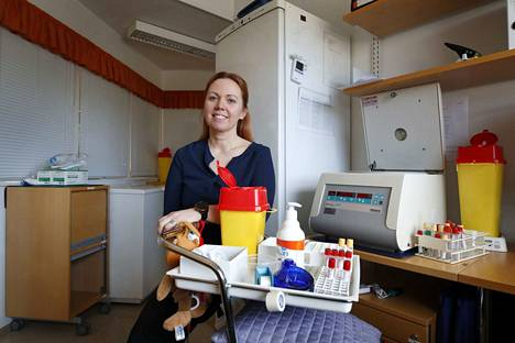 Tutkimushoitaja Tiia Karhu työskentelee Porin rokotetutkimusklinikan näytteidenkäsittelytilassa. Rokotetutkimuskeskuksen 10 klinikkaa ovat valmiita osallistumaan koronavirusrokotteen testaukseen.