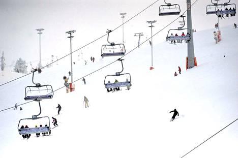 Lapin isot hiihtokeskukset sulkevat kautensa koronatilanteen vuoksi viimeistään viikon kuluttua. Kuvituskuva.