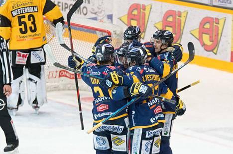 Lukko teki Lappeenrannassa sen, mitä piti. Joukkue iski ottelun toisessa erässä kolme maalia alle kolmessa minuutissa. Se riitti voittoon.