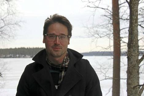 Esa-Jussi Salminen osti muutama vuosi sitten taannoin mummolanaankin olleen tätinsä talon Sinervän rannalta Multian keskustassa. Työ suomen kielen yliopisto-opettajana Udmurtiassa on pitänyt miehen kuitenkin viime vuodet etupäässä maan pääkaupungissa Izhveskissä.