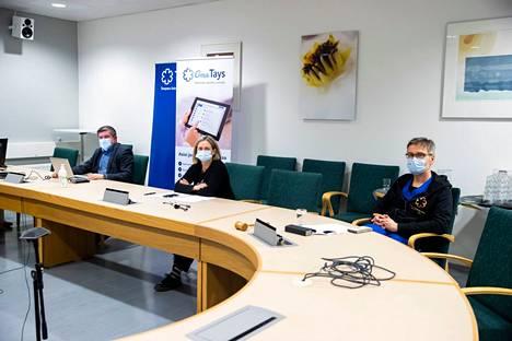 Johtajaylilääkäri Juhani Sand, ylilääkäri Jaana Syrjänen ja apulaisylilääkäri Janne Laine Taysista kertoivat alueen koronatilanteesta Pirkanmaan pandemiaohjausryhmän mediatilaisuudessa maaliskuussa.