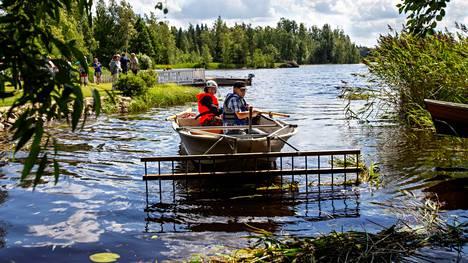 Rannanomistajat siivosivat Iso-Savijärven vettä vesikasveista heinäkuussa vuonna 2020. Valkeakosken Sanomat jututti tuolloin Iso-Savijärven kunnostusyhdistystä, joka haluaa parantaa veden laatua ja järven tilaa.