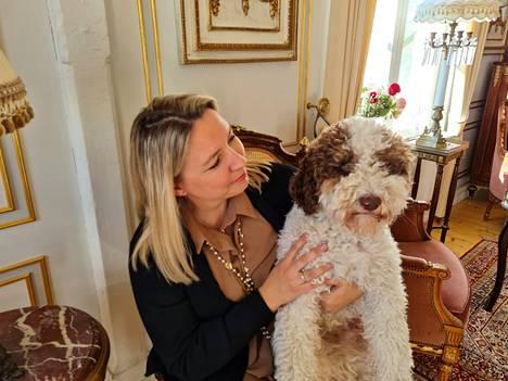 Mirva Puupponen ja Pedro-koira totuttelevat uuteen kotiinsa Mouhijärvellä. Sienimetsällä käynti on molempien lempipuuhaa.