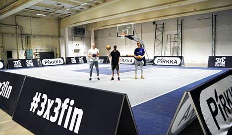 Michael Besselink, Joonas Koskinen ja Jussi Laurila kasasivat keskiviikkona katukoristyyppistä 3x3-koriskenttää Nansotaloon.