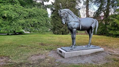 Emil Cedercreutzin Sirkushevonen-patsas Vanhassa Raumassa.