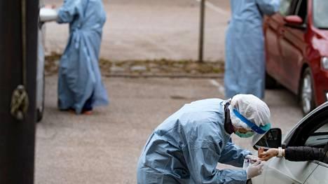 Yksityisen terveyspalveluyritys Mehiläisen drive-in-testiasemalla tehtiin vasta-ainetestejä huhtikuussa 2020.