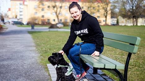 Vasemmistoliiton pormestariehdokas Minna Minkkinen lähti tiistaiaamuna kääpiösnautseri Freddie Mercuryn kanssa tuttuun tapaan kävelylle Saukonpuistoon. Vuorotyö ja politiikka jättävät vain vähän aikaa harrastuksille, mutta koira pitää huolen säännöllisestä ulkoilusta.