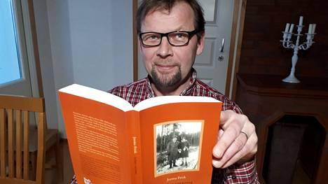 Jorma Frisk on kirjoittanut kaksi kirjaa, jotka pohjautuvat hänen pappansa muistiinpanoihin. Sodan varjossa on niistä uusin.