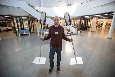 Metson palveluesihenkilö Janne Hintze valmisteli pääkirjasto Metsoa asiakkaita varten 4.5. ja toi käsidesiautomaatteja esille.