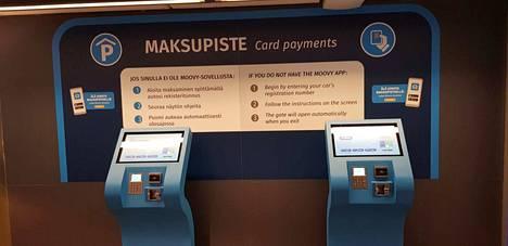 Niille, jotka eivät käytä Moovy-sovellusta hallissa on maksupiste. Laitteeseen naputellaan auton rekisterinumero ja maksu onnistuu vain pankki- tai luottokortilla.