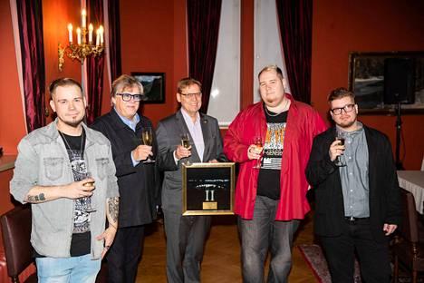 Raatihuoneella nostettiin torstaina maljat Tampere II -kappaleen ansaitseman kultalevyn kunniaksi. Mansesteri ja Mikko Alatalo kilistelivät pormestari Lauri Lylyn kanssa.