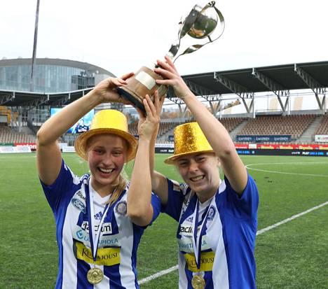 Hanna Ruohomaa ja Jutta Rantala pääsivät nostamaan voittopyttyä HJK:n mestaruuden merkiksi.