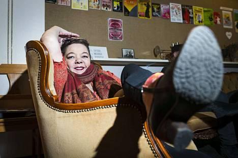 La Stradan taiteellinen johtaja Anu Panula on pahasti pettynyt siihen, että he joutuivat pois Pirkankadun tiloista. Nyt olisi kaikki apu tarpeen uuden paikan löytämiseksi, muuten kaikki kova työ teatterin eteen valuu hukkaan. La Strada on aina elänyt rahapulassa.