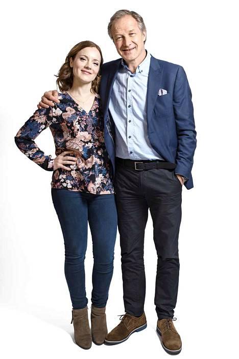 Sunnuntailounaan tytär Eevi ja isä Tauno eli näyttelijät Elena Leeve ja Taneli Mäkelä ottavat mielellään torkut kuvausten lounastauolla.