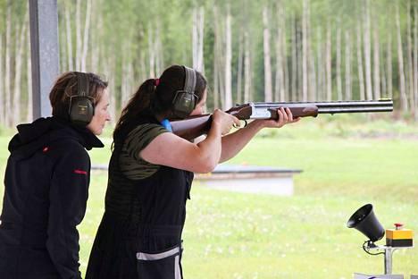 Kokkovuoren haulikkoradalla on järjestetty muun muassa tutustumistapahtuma lajista kiinnostuneille naisille. Elokuussa 2017 opastamassa oli kaksoistrapin maailmanmestari Pia Nybäck (vas.).