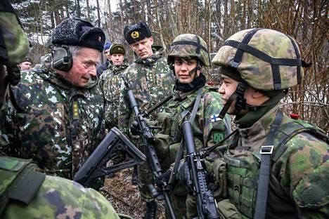 Tasavallan presidentti Sauli Niinistö keskusteli panssariprikaatin varusmiesten kanssa Parolannummella seuratessaan taisteluharjoitusta 4. maaliskuuta.