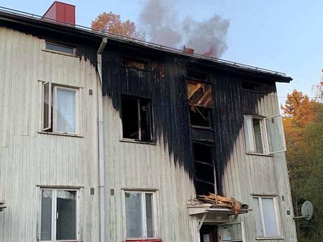 Kaksi palossa pahoin loukkaantunutta toimitettiin sairaalaan.