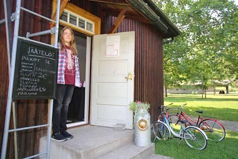 Matthew Lehtinen, 15, pitää kesämyymälää Voipaalan taidekeskuksen Pakari-rakennuksessa Valkeakoskella yhdessä parhaan ystävänsä Ida Tanskasen kanssa.
