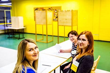 Ensimmäiset aluevaalit järjestetään tammikuussa 2022. Sitä edellinen lisäys Suomen vaaleihin olivat eurovaalit, joissa äänestettiin viimeksi vuonna 2019. Tällöin Sointulan äänestyspaikalla toimitsijoina ovat Anniina Kaihula (vas), Fanni Valkama ja Marja-Liisa Järvinen.