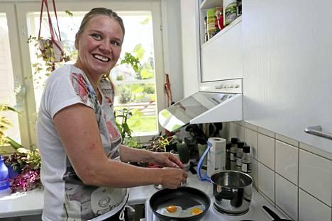 Tanja Reuna kasvattaa keittiönsä ikkunalla ruuanlaitossa tarvitsemiaan yrttejä.