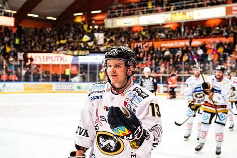 Julius Junttila juhli voittomaalia.