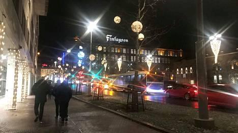 Matalapaineen ennustettiin tuovan sateet Suomen ylle lauantai-iltana. Tampereella ennustus piti paikkansa. Taivasalla liikkuneet saivat niskaansa tihkusadetta kello 20.30 aikoihin.