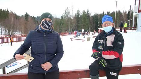Nuorten SM-hiihtojen pääsihteeri Jonna Haapamäki-Syrjälä ja kilpailujohtaja Veikko Ahonen selvittävät keinoja, kuinka kilpailut voidaan järjestää Keurusselän Liikuntapuistossa.