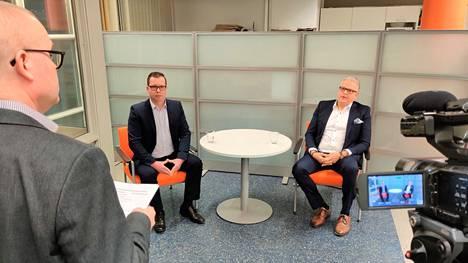 Kokemäen kaupunginjohtajaksi valitaan joulukuussa joko Juuso Alatalo tai Teemu Nieminen. Molemmat miehet olivat perjantaina päätoimittaja Timo Simulan (vas.) haastateltavina.
