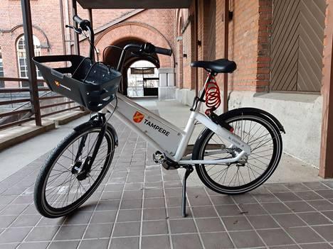 Tampereelle keväällä tulevat kaupunkipyörät näyttävät lähimain tältä. Pyöriin tulee mainoksia.