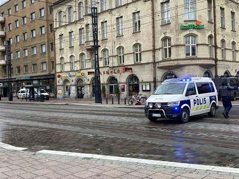 Poliisi ohjeisti ihmisiä siirtymään kauemmaksi Hämeenkadulta, kun operaatio oli käynnissä.