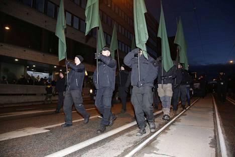 """Pohjoismainen vastarintaliike ei saa marssia omalla nimellään eikä myöskään Kohti vapautta -nimellä. Järjestön edustajat ovat kannustaneet omiaan osallistumaan Soldiers of Odinin """"kansallismieliseen"""" kulkueeseen."""